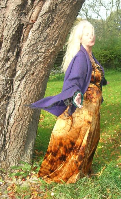Peti Song Catcher, eine kraftvolle Hexe mit wundervoller Stimme! Lauscht ihren Liedern unter http://schoepferin.eu/