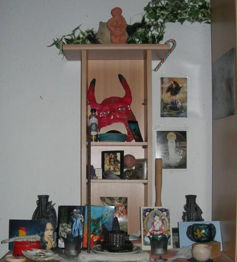 Unaufgeräumter 'Chaos-Altar' - alles sammelt sich an und so wird der Altar zum Suchbild - wer findet die Nornen?