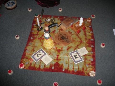 Dieser Altar existierte nur wenige Stunden - für ein Runenritual zu den Runen Kenaz und Raidho.