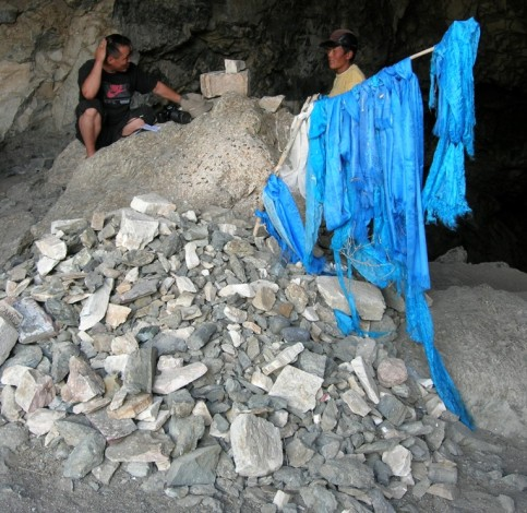 Ovoo am Eingang einer Höhle im Gebiet der Mongolei.