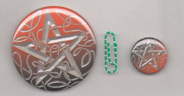 56 mm Brosche und 25 mm Pin im Größenvergleich.