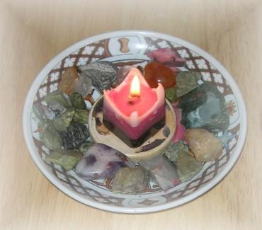 Mini-Altar mit selbst hergestellter Brigit-Kerge: Die weiße, die rote und die schwarze Brigit.