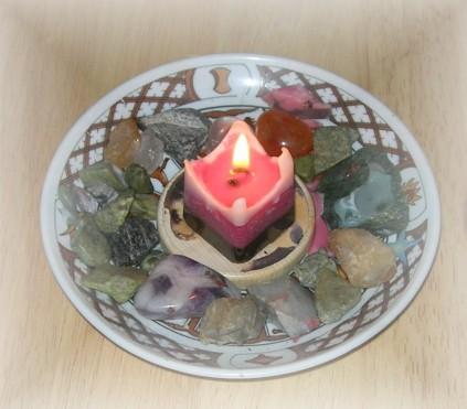 Mini-Altar mit selbst hergestellter Brigid-Kerze: Die weiße, die rote und die schwarze Brigid.