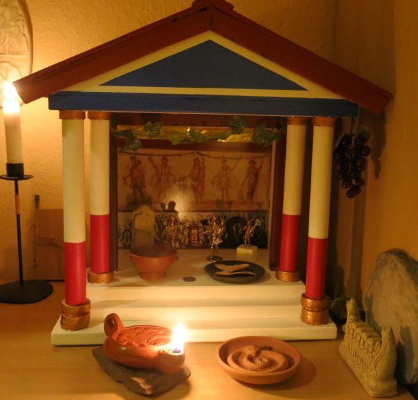 Handgefertigtes Lararium mit Lampe und Schlangen-Räucherschale