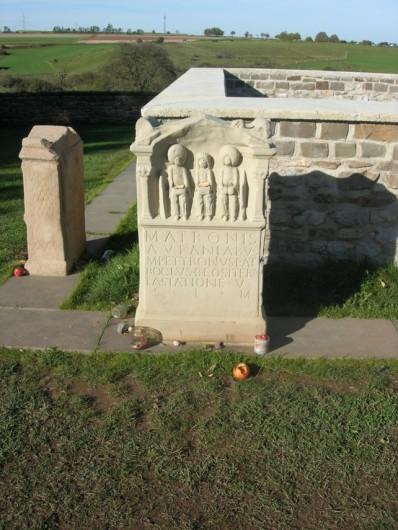 Eine Rekonstruktion eines Weihesteines für die Matronen. Sie steht in Nettersheim.