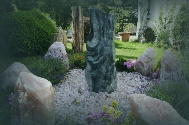 Im Kristallgarten finden sich außergewöhnliche Einzelstücke, hier zu einem Steinkreis angeordnet. Foto: Thanis Voyant