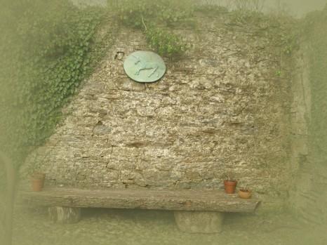 Ein grünes Einhorn springt über das Gemäuer. Krafttier des Hauses Kilbracken.