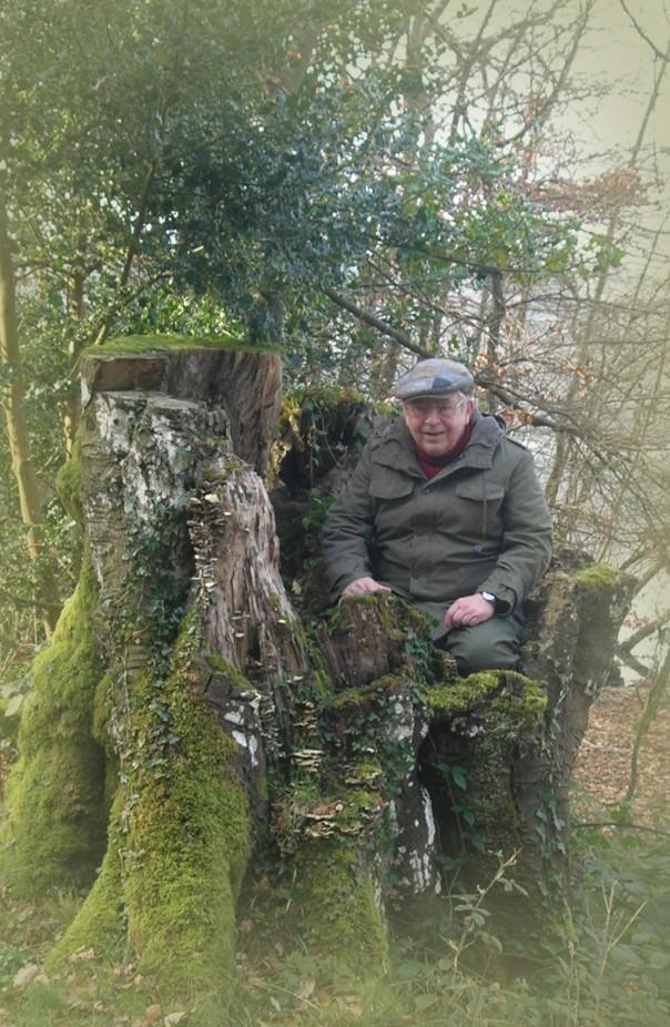 Dies ist nicht der ortsansässige Koold! Es ist mein Vater auf dem Hochsitz der kleinen Leute in Irland.