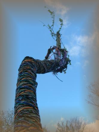 Umwunden von handgeknüpften Bändern trät der Maibaum unsere Wünsche.