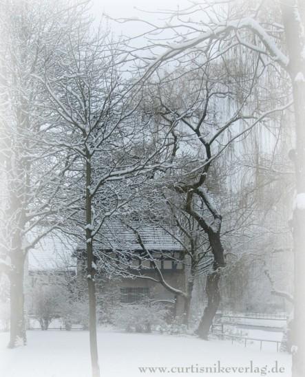 Das Zollhaus am Landwehrkanal in Kreuzberg im Winterzauber. Foto: Curtis Nike
