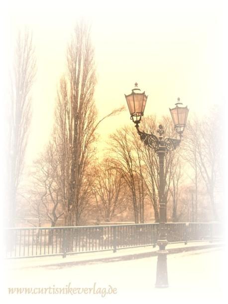 Traumhaft schön: Kreuzberg im Schnee. Gaslaterne an der Baerwaldbrücke.