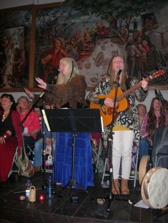 Die Nacht der spirituellen Lieder! Mit Regine Steffes (linker Rand), Peti und Paula sowie dem Mantrenchor im Hintergrund.