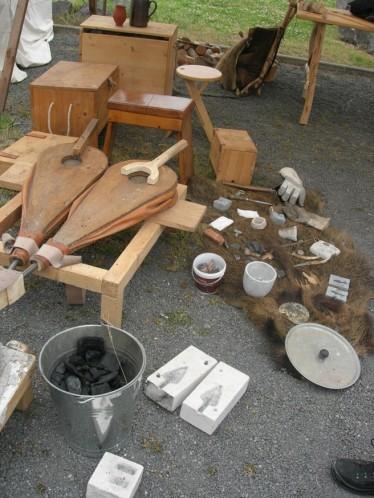 Beim Schmied konnte ich mich nicht nur informieren, sondern erhielt sehr hilfreiche Hinweise für meine winterliche Arbeit des Kerzengießens, Skulpturen erstellen und vielleicht auch Zinngießen...