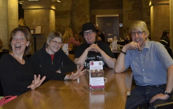Von links: meine Schwester (sie hat wirklich nur Kaffee getrunken!), Alex, ich selbst und Thomas.