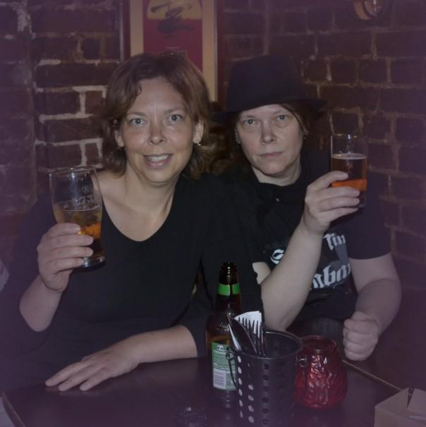 Mit meiner Schwester Synkra genieße ich ein Bierchen im Pub