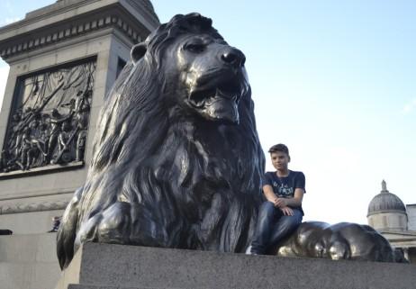 Eine Pause zwischendurch, gemütlich auf der Tatze des Löwen sitzend. Für Pietje Entspannung pur.