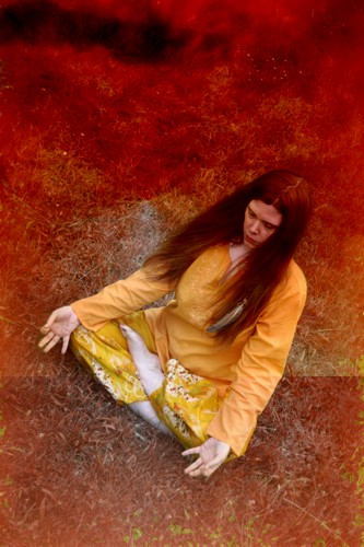 Während der Meditation solltest Du unbedingt eine entspannte Haltung einnehmen! Es ist nicht nötig im Yogasitz zu meditieren!