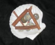 Andere Hexen streuen Zimtpulver über ihre Münzen