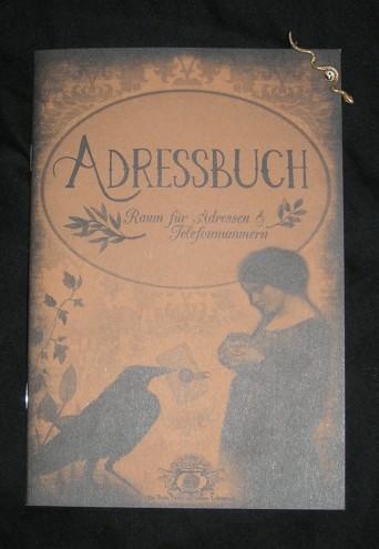 Ein Adressbuch und eine Schlangenbrosche wandern zuvorderst in das Hexenpaket.