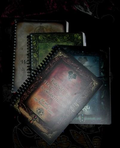 Schon vier Hexenkalender sind erschienen. Die Arbeit am fünften Kalender läuft von nun an auf Hochtouren!