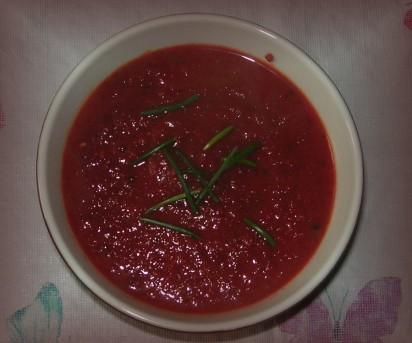 Die rote Beete sorgt dafür, dass die Suppe tiefrot wird und optisch an Tomatensuppe erinnert.
